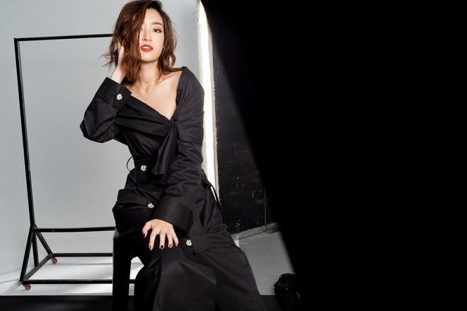 Trọn bộ ảnh đẹp mơ màng, khoe nét xuân thì gợi cảm của Hoa hậu Đỗ Mỹ Linh khi vừa bước sang tuổi 24 - ảnh 2