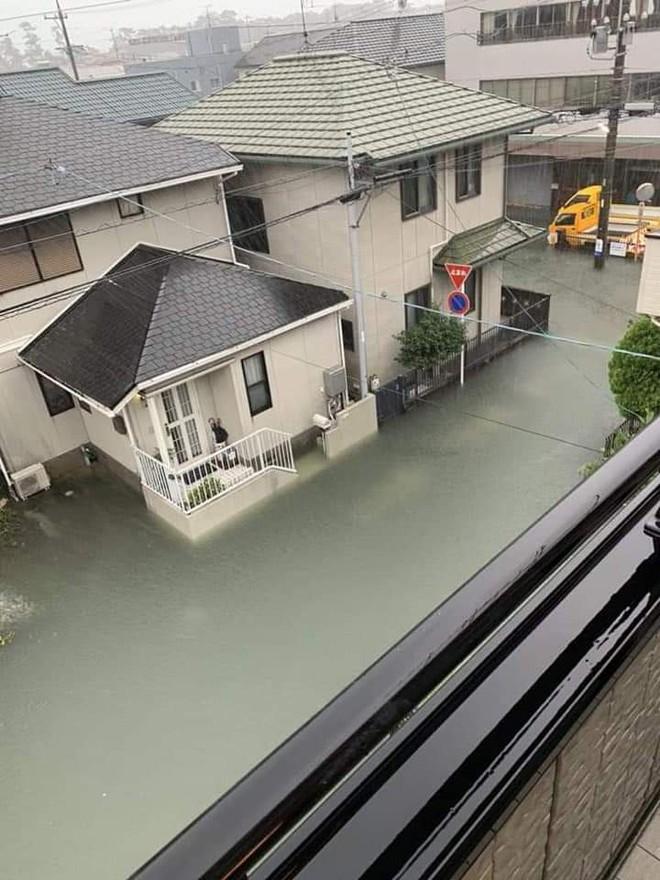 Hình ảnh Nhật Bản trong nước lũ vẫn sạch bong không hề có rác khiến cộng đồng mạng xôn xao - ảnh 3
