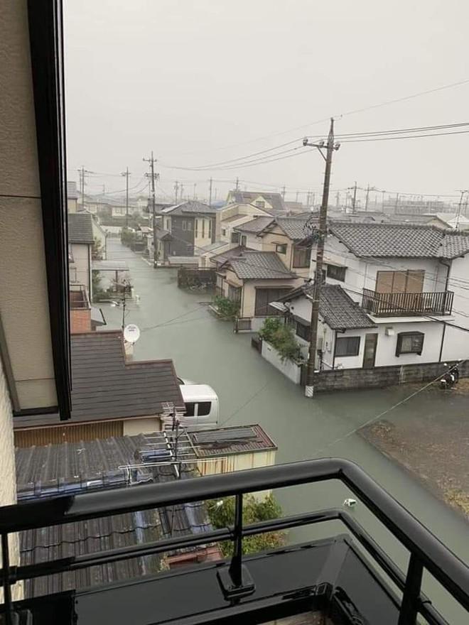 Hình ảnh Nhật Bản trong nước lũ vẫn sạch bong không hề có rác khiến cộng đồng mạng xôn xao - ảnh 2