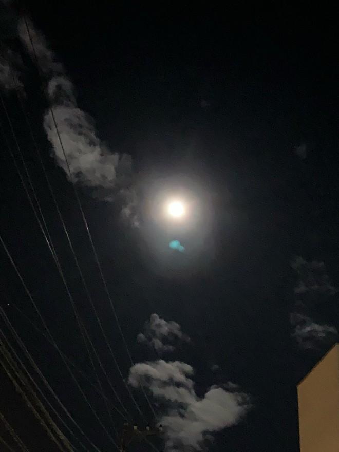 Trái ngược với bầu trời tím dự báo điềm dữ trước khi Hagibis đổ bộ, dân Nhật hứng khởi với cảnh quang đãng, trăng sáng rực khi siêu bão đi qua - ảnh 9