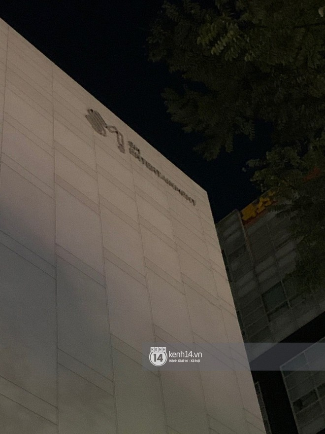 Độc quyền từ Hàn Quốc: Trụ sở SM vắng tanh, các cửa ra vào đóng kín sau tin Sulli qua đời - ảnh 1