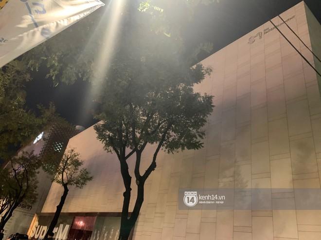 Độc quyền từ Hàn Quốc: Trụ sở SM vắng tanh, các cửa ra vào đóng kín sau tin Sulli qua đời - ảnh 7