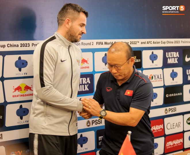 Văn Toàn lỡ ảnh chụp chung với hai HLV ở họp báo trước trận vì tiền vệ đối phương bận… đi vệ sinh - ảnh 3