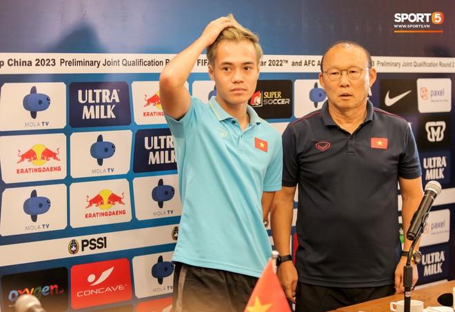 Văn Toàn lỡ ảnh chụp chung với hai HLV ở họp báo trước trận vì tiền vệ đối phương bận… đi vệ sinh - ảnh 4