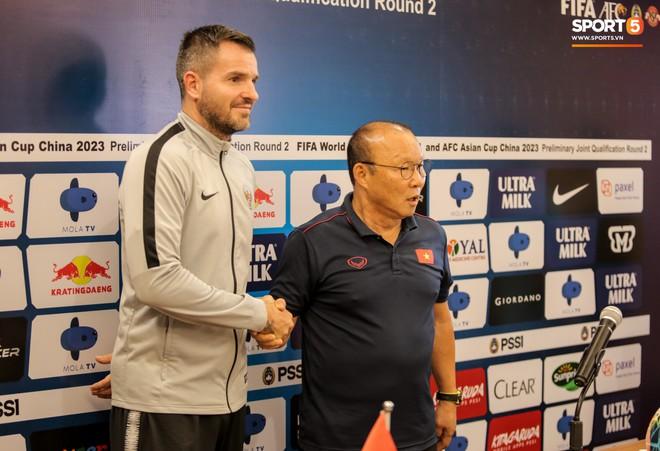 Văn Toàn lỡ ảnh chụp chung với hai HLV ở họp báo trước trận vì tiền vệ đối phương bận… đi vệ sinh - ảnh 1