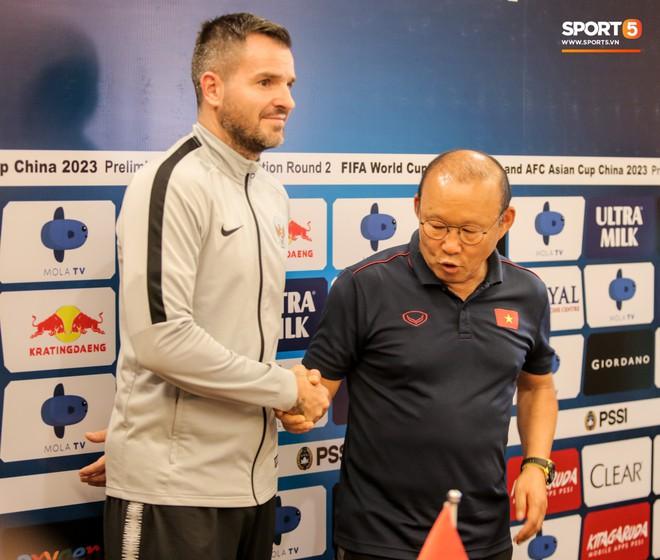 Văn Toàn lỡ ảnh chụp chung với hai HLV ở họp báo trước trận vì tiền vệ đối phương bận… đi vệ sinh - ảnh 2