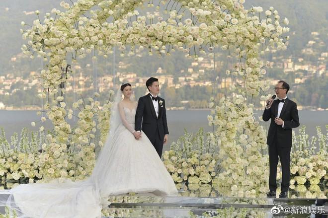 Váy cưới của Văn Vịnh San trong hôn lễ với chồng đại gia: chiếc lộng lẫy xa hoa, chiếc siêu to khổng lồ với mức giá trên trời gây choáng - ảnh 13