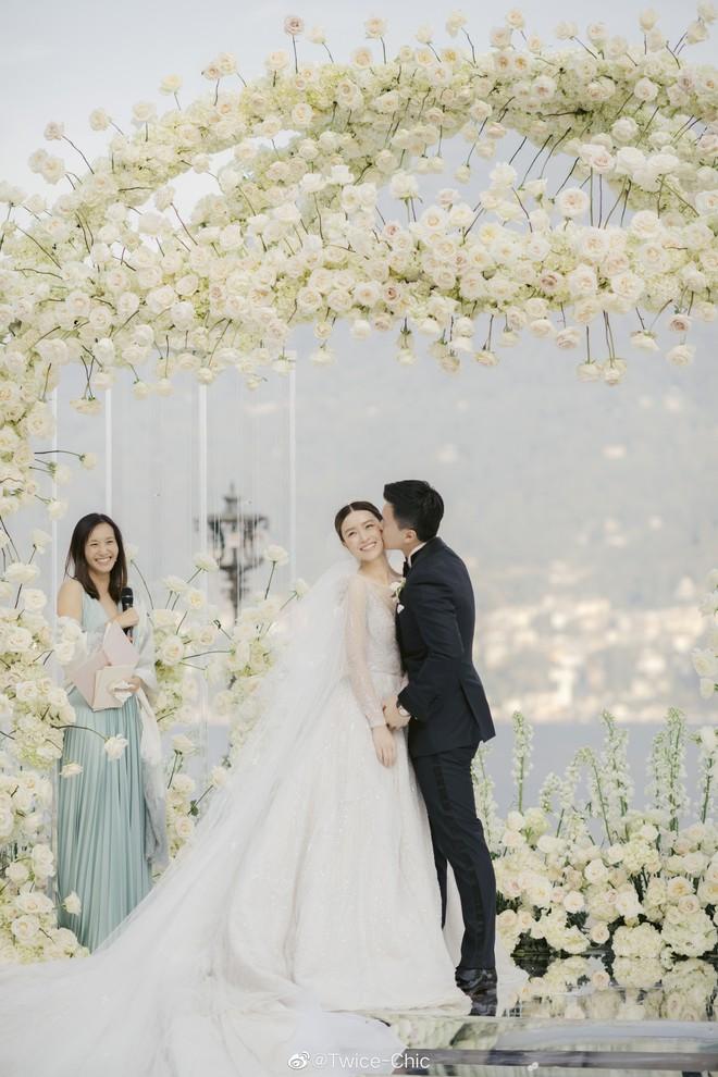 Váy cưới của Văn Vịnh San trong hôn lễ với chồng đại gia: chiếc lộng lẫy xa hoa, chiếc siêu to khổng lồ với mức giá trên trời gây choáng - ảnh 1