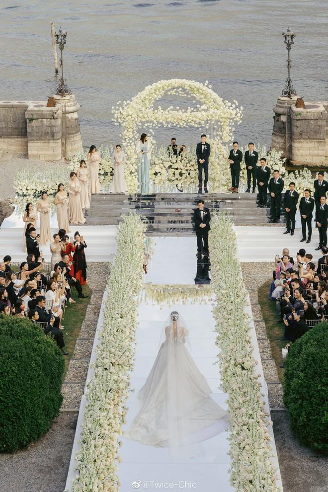 Váy cưới của Văn Vịnh San trong hôn lễ với chồng đại gia: chiếc lộng lẫy xa hoa, chiếc siêu to khổng lồ với mức giá trên trời gây choáng - ảnh 11