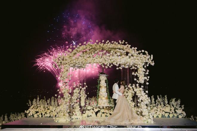 Váy cưới của Văn Vịnh San trong hôn lễ với chồng đại gia: chiếc lộng lẫy xa hoa, chiếc siêu to khổng lồ với mức giá trên trời gây choáng - ảnh 9