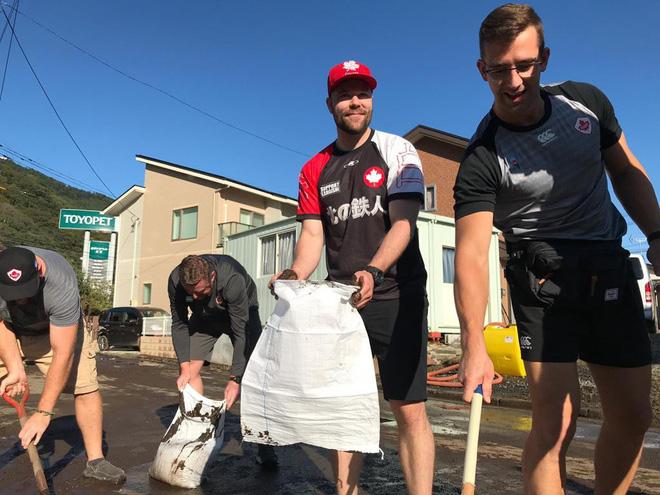 Ấm lòng khoảnh khắc đội tuyển Canada không ngại khó khăn, làm hết sức mình để giúp Nhật Bản khắc phục hậu quả của siêu bão Hagibis - ảnh 1