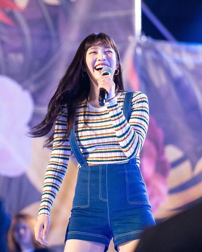 Mix đồ không sến súa thì cũng già nua, stylist Red Velvet khiến fan phải kêu oan thay cho idol - ảnh 11