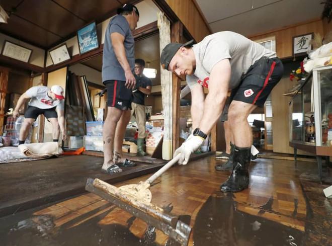 Ấm lòng khoảnh khắc đội tuyển Canada không ngại khó khăn, làm hết sức mình để giúp Nhật Bản khắc phục hậu quả của siêu bão Hagibis - ảnh 4