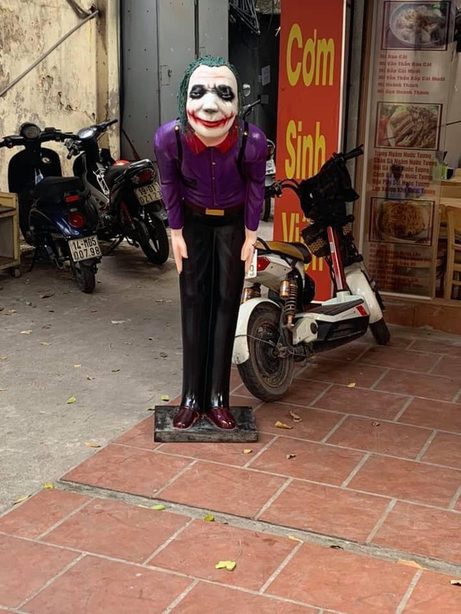 Đặt tượng Joker và Harley Quinn trước quán ăn để thu hút sinh viên, ông chủ có tâm nhất năm đây rồi! - ảnh 2