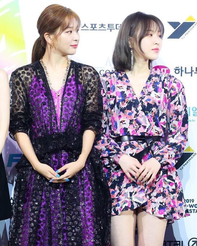 Mix đồ không sến súa thì cũng già nua, stylist Red Velvet khiến fan phải kêu oan thay cho idol - ảnh 13