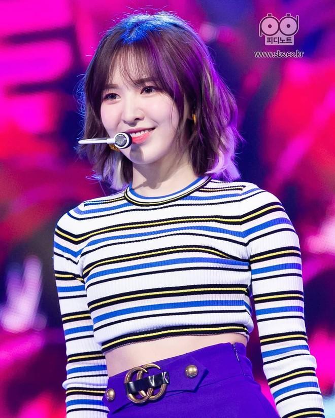 Mix đồ không sến súa thì cũng già nua, stylist Red Velvet khiến fan phải kêu oan thay cho idol - ảnh 9