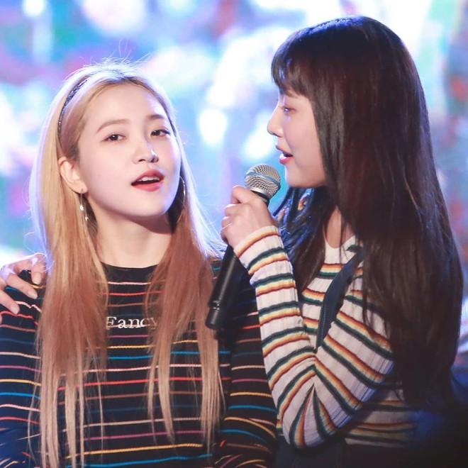 Mix đồ không sến súa thì cũng già nua, stylist Red Velvet khiến fan phải kêu oan thay cho idol - ảnh 8