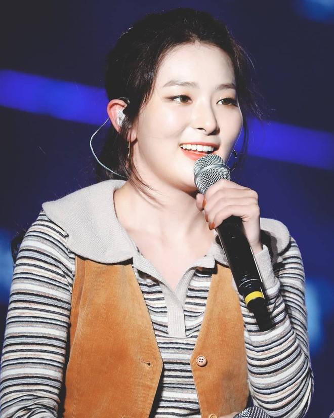 Mix đồ không sến súa thì cũng già nua, stylist Red Velvet khiến fan phải kêu oan thay cho idol - ảnh 6