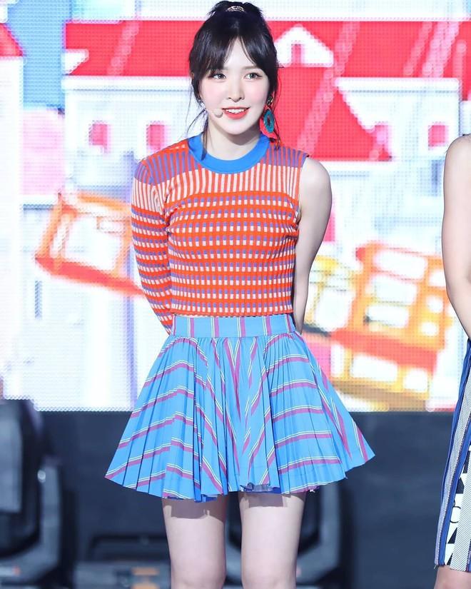 Mix đồ không sến súa thì cũng già nua, stylist Red Velvet khiến fan phải kêu oan thay cho idol - ảnh 18
