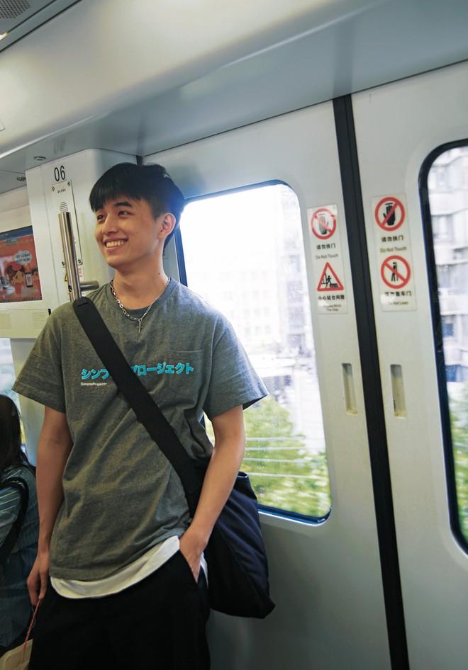 Vô tình va phải anh đẹp trai trên tàu điện ngầm, chị em hú hét: Con trai hay cười auto cộng 100 điểm thiện cảm anh ơi! - ảnh 1