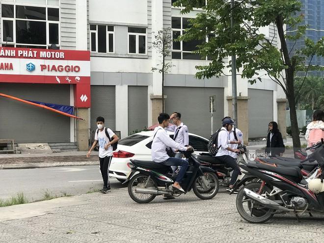 Nhức mắt cảnh hàng loạt học sinh không đội mũ bảo hiểm, phóng xe máy vèo vèo đến trường, hỏi ra lý do càng phẫn nộ hơn - ảnh 9