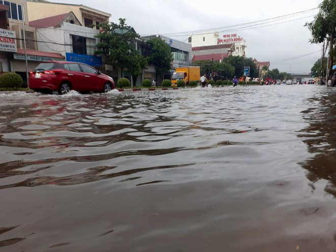 """Mưa kéo dài, TP Vinh """"thất thủ"""" ngập chìm trong biển nước - ảnh 1"""