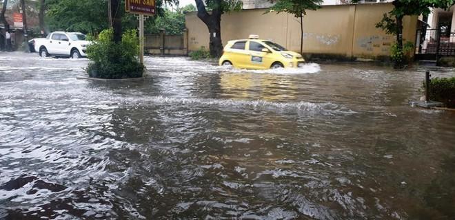 """Mưa kéo dài, TP Vinh """"thất thủ"""" ngập chìm trong biển nước - ảnh 3"""