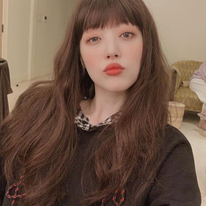 Sulli đúng là nhan sắc độc nhất vô nhị của Kpop: Không kiểu tóc nào có thể dìm, còn biến 2 kiểu khó thẩm thấu thành hot trend - ảnh 1
