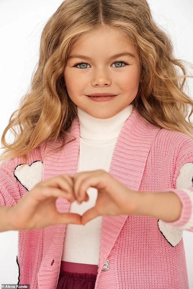 Mới 6 tuổi đã xinh như thiên thần, vừa đáng yêu vừa quyến rũ, bé gái được dân mạng tung hô là người mẫu nhí đẹp nhất thế giới - ảnh 1