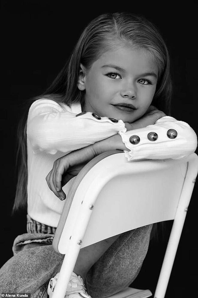 Mới 6 tuổi đã xinh như thiên thần, vừa đáng yêu vừa quyến rũ, bé gái được dân mạng tung hô là người mẫu nhí đẹp nhất thế giới - ảnh 8
