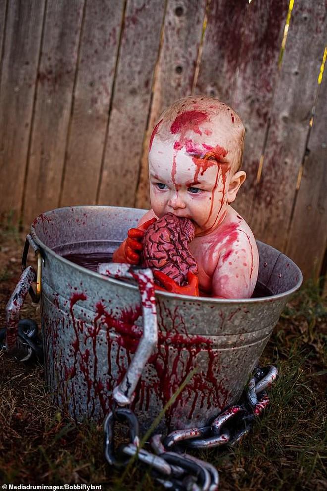 Bà mẹ chơi lớn chụp bộ ảnh Halloween cho hai con nhỏ, trông vừa sợ vừa dị nhưng được dân mạng chia sẻ rần rần - ảnh 1