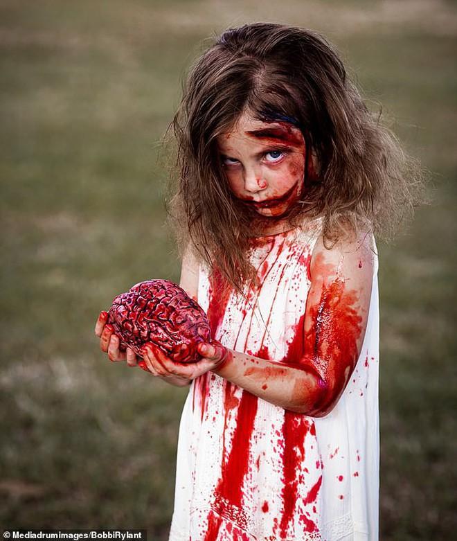 Bà mẹ chơi lớn chụp bộ ảnh Halloween cho hai con nhỏ, trông vừa sợ vừa dị nhưng được dân mạng chia sẻ rần rần - ảnh 5