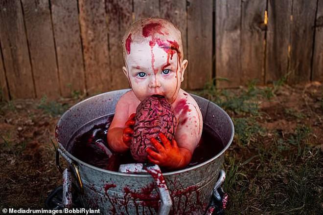Bà mẹ chơi lớn chụp bộ ảnh Halloween cho hai con nhỏ, trông vừa sợ vừa dị nhưng được dân mạng chia sẻ rần rần - ảnh 3