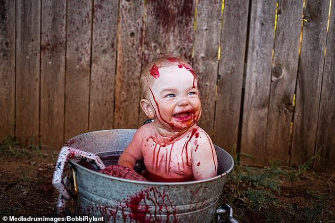 Bà mẹ chơi lớn chụp bộ ảnh Halloween cho hai con nhỏ, trông vừa sợ vừa dị nhưng được dân mạng chia sẻ rần rần - ảnh 4