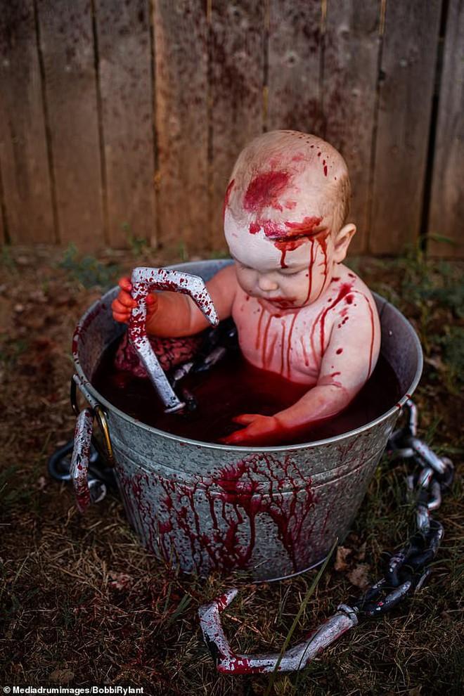 Bà mẹ chơi lớn chụp bộ ảnh Halloween cho hai con nhỏ, trông vừa sợ vừa dị nhưng được dân mạng chia sẻ rần rần - ảnh 2