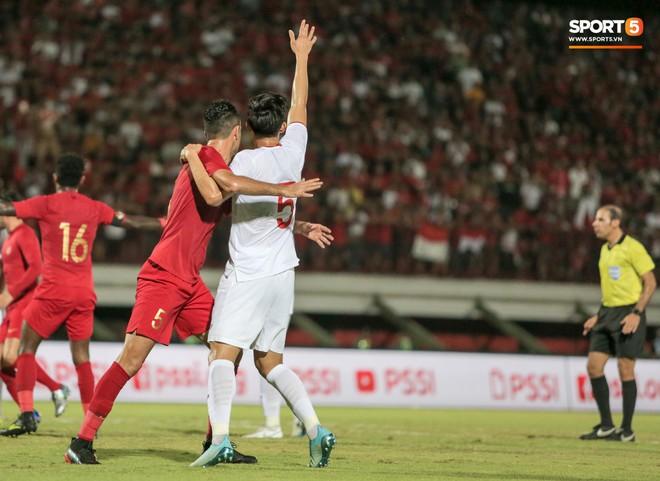 Quang Hải bị kéo cổ nguy hiểm, Đức Huy nắn gân Messi Indonesia trong chiến thắng của tuyển Việt Nam - ảnh 4