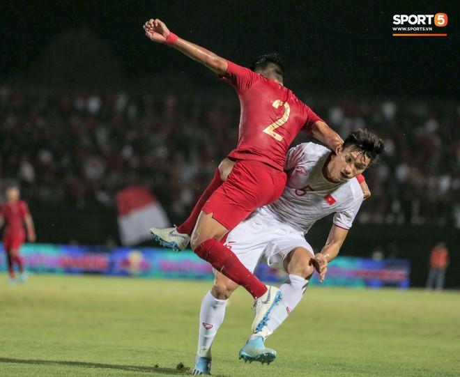 Quang Hải bị kéo cổ nguy hiểm, Đức Huy nắn gân Messi Indonesia trong chiến thắng của tuyển Việt Nam - ảnh 15