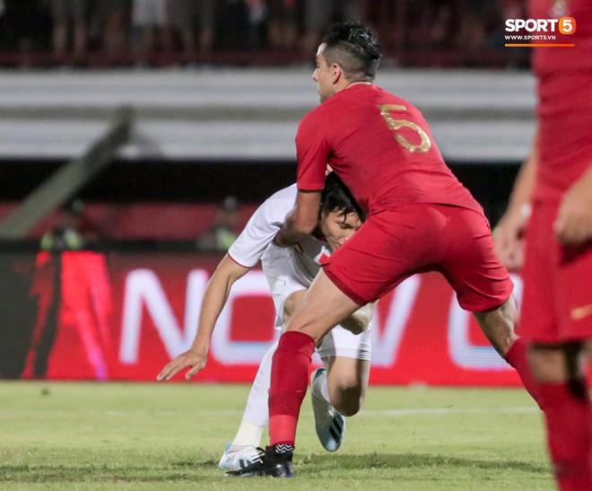 Quang Hải bị kéo cổ nguy hiểm, Đức Huy nắn gân Messi Indonesia trong chiến thắng của tuyển Việt Nam - ảnh 7