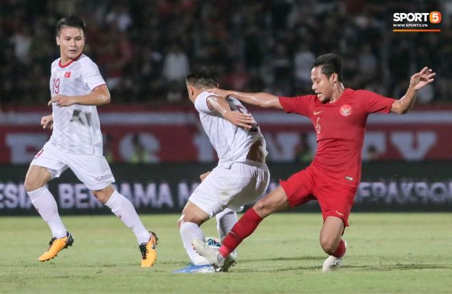 Quang Hải bị kéo cổ nguy hiểm, Đức Huy nắn gân Messi Indonesia trong chiến thắng của tuyển Việt Nam - ảnh 14