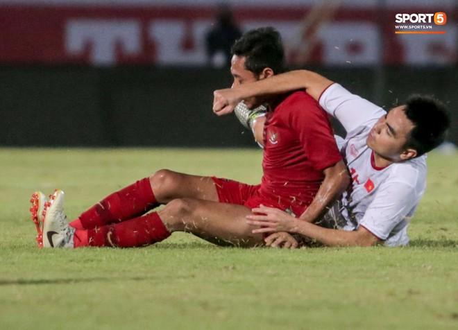 Quang Hải bị kéo cổ nguy hiểm, Đức Huy nắn gân Messi Indonesia trong chiến thắng của tuyển Việt Nam - ảnh 9
