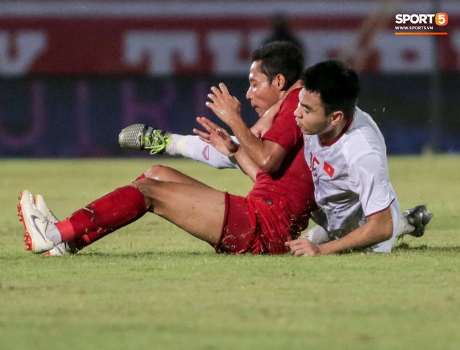 Quang Hải bị kéo cổ nguy hiểm, Đức Huy nắn gân Messi Indonesia trong chiến thắng của tuyển Việt Nam - ảnh 11