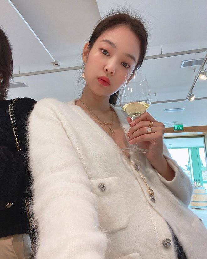 Tóc con, tóc chỉa chẳng trừ một ai: đến mỹ nhân tầm cỡ như Jennie, Taeyeon cũng phải chịu trận đám tóc lơ thơ trên đỉnh đầu - ảnh 1