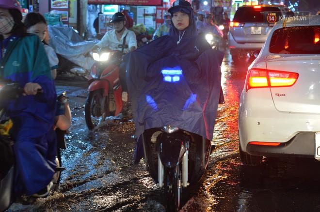 Ảnh: Mưa to đúng giờ tan tầm, nhiều tuyến đường thủ đô ùn tắc cả cây số, người dân vất vả đội mưa về nhà - ảnh 10