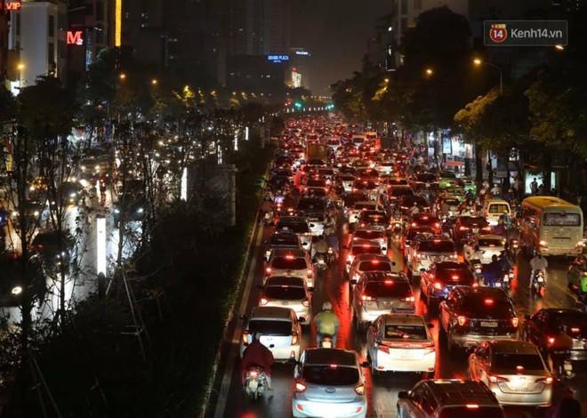 Ảnh: Mưa to đúng giờ tan tầm, nhiều tuyến đường thủ đô ùn tắc cả cây số, người dân vất vả đội mưa về nhà - ảnh 20