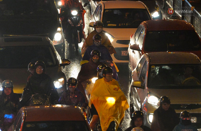 Ảnh: Mưa to đúng giờ tan tầm, nhiều tuyến đường thủ đô ùn tắc cả cây số, người dân vất vả đội mưa về nhà - ảnh 3