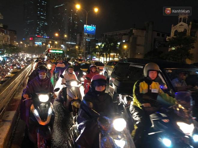 Ảnh: Mưa to đúng giờ tan tầm, nhiều tuyến đường thủ đô ùn tắc cả cây số, người dân vất vả đội mưa về nhà - ảnh 7
