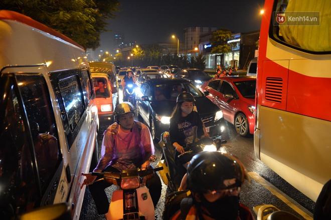 Ảnh: Mưa to đúng giờ tan tầm, nhiều tuyến đường thủ đô ùn tắc cả cây số, người dân vất vả đội mưa về nhà - ảnh 15