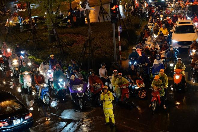 Ảnh: Mưa to đúng giờ tan tầm, nhiều tuyến đường thủ đô ùn tắc cả cây số, người dân vất vả đội mưa về nhà - ảnh 9