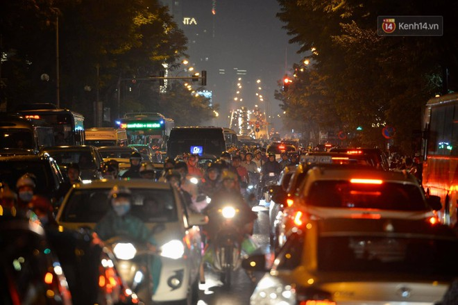 Ảnh: Mưa to đúng giờ tan tầm, nhiều tuyến đường thủ đô ùn tắc cả cây số, người dân vất vả đội mưa về nhà - ảnh 18