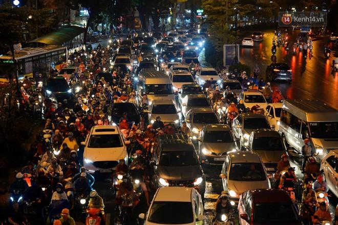 Ảnh: Mưa to đúng giờ tan tầm, nhiều tuyến đường thủ đô ùn tắc cả cây số, người dân vất vả đội mưa về nhà - ảnh 6